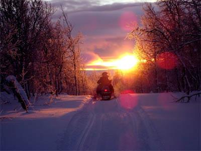 Moottorikelkka auringonlaskussa
