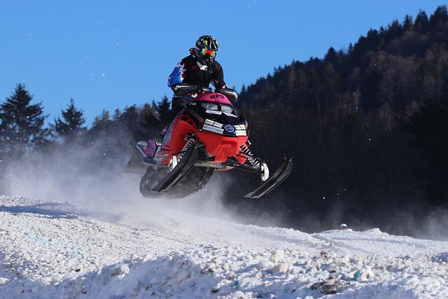 Moottorikelkka hyppää