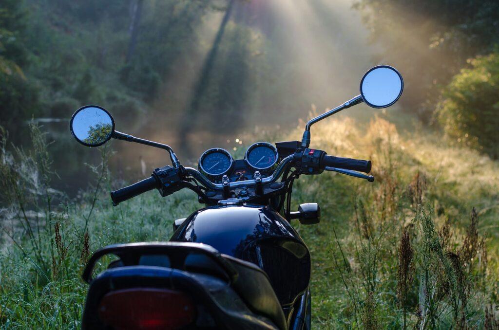 Moottoripyörä ilta-auringossa