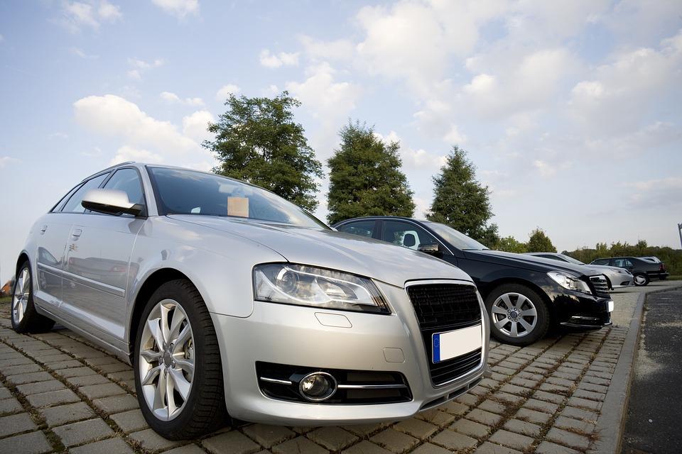 Autot autokaupan pihalla